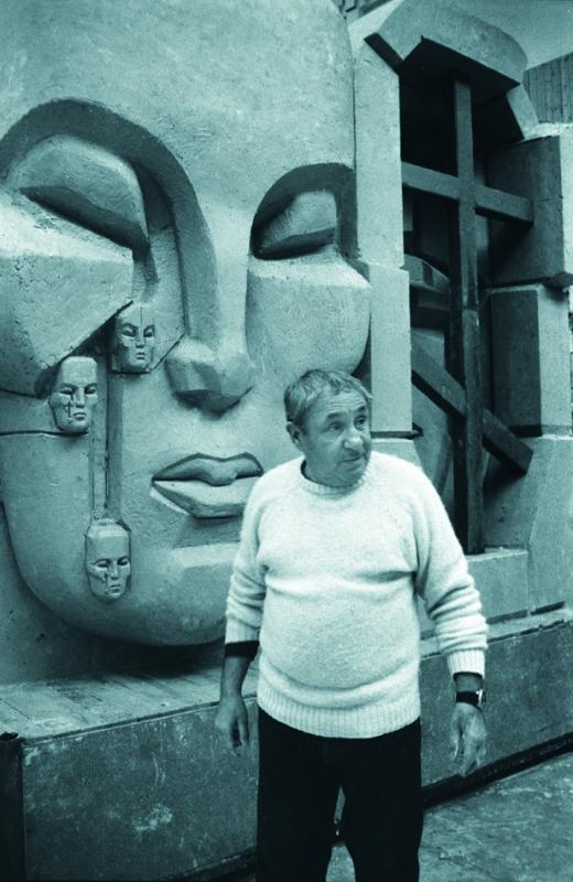 Фотопортреты 1980 - 2000 гг.:: на фоне макета монумента